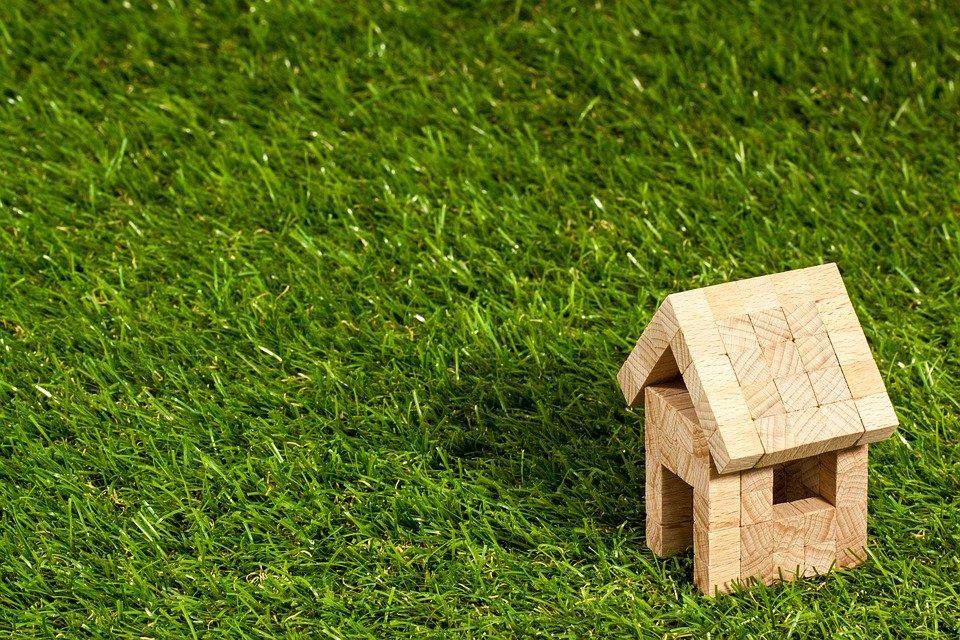 Træhus på græs
